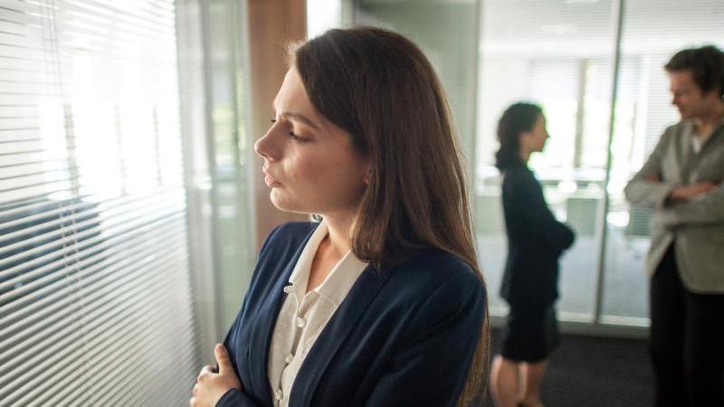 Wer sich im Job nicht unterbuttern lassen will, muss nicht unbedingt Ellenbogen zeigen. Aber Klartext reden ist wichtig. Foto: Klaus-Dietmar Gabbert/dpa-tmn
