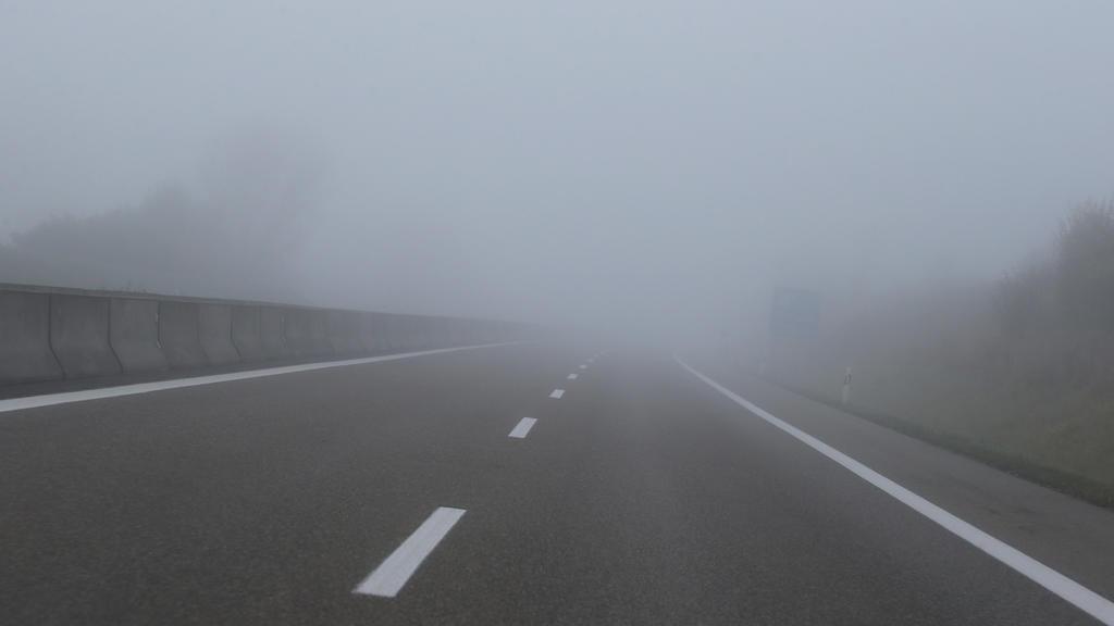 dpatopbilder - 20.10.2019, Bayern, Erkheim: Morgennebel liegt über der Autobahn A96. Foto: Karl-Josef Hildenbrand/dpa +++ dpa-Bildfunk +++