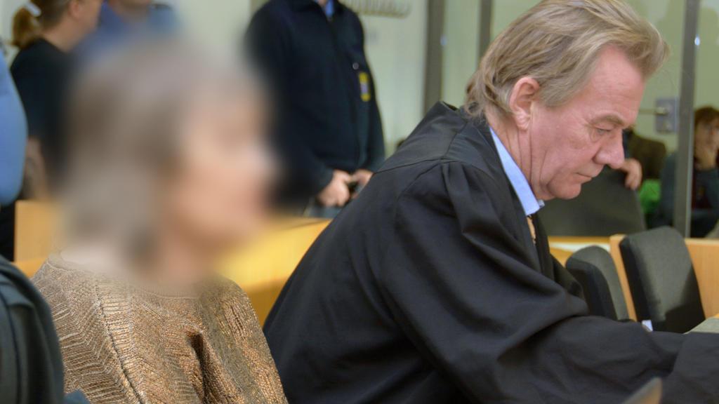 22.10.2019, Hessen, Hanau: Die 72-jährige Angeklagte sitzt neben ihrem Anwalt Peter Hovestadt im Gerichtssaal. Die Anklage wirft der mutmaßlichen Sektenchefin Mord an einem damals vierjährigen Jungen vor. Die Angeklagte soll das Kind im Jahr 1988 in
