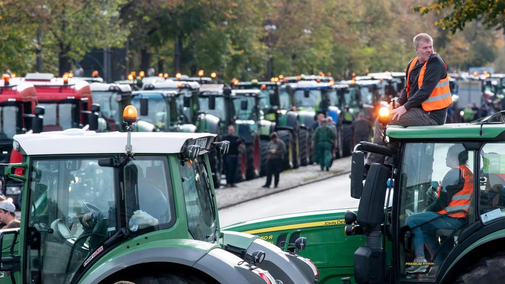 Brandenburger Bauern fahren bei einer Protestaktion gegen das Agrarpaket der Bundesregierung mit ihren Treckern um die Siegessäule.