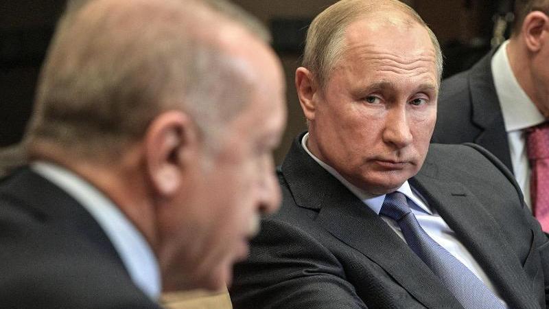Wladimir Putin (M) und Recep Tayyip Erdogan (l.) handelten über sechs Stunden eine weitere Waffenruhe für Nordsyrien aus. Foto: -/Kremlin/dpa