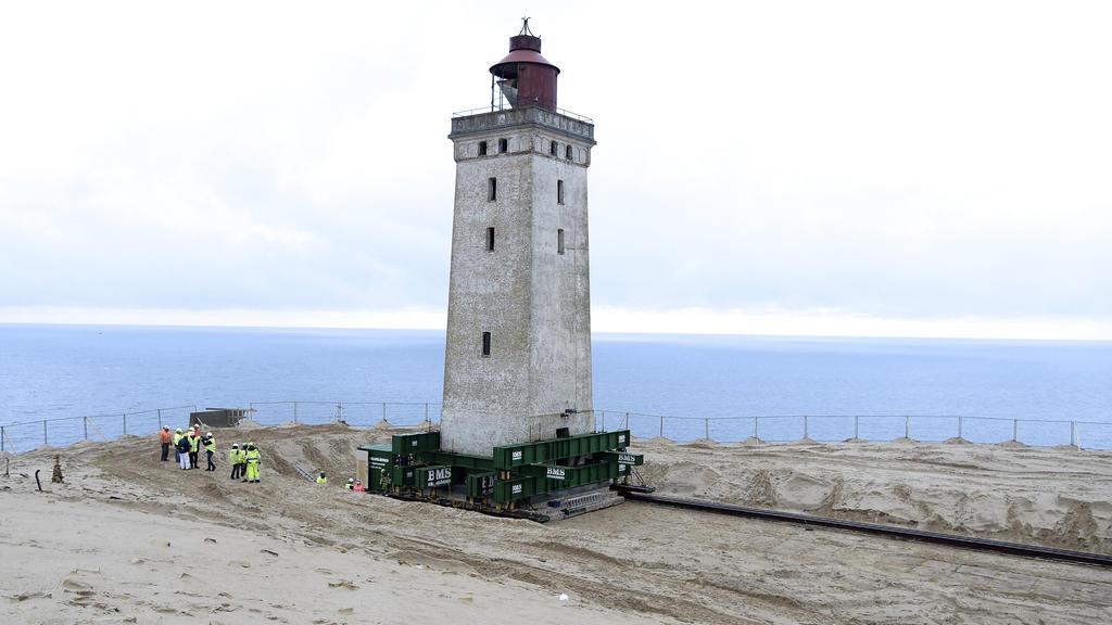 22.10.2019, Dänemark, Loenstrup: Der 120 Jahre alte Leuchtturm Rubjerg Knude Fyr steht auf Rädern und Schienen. Der Umzug eines 23 Meter hohen Leuchtturms hat begonnen. Der Rubjerg Knude Fyr war 1899 auf einer Wanderdüne errichtet worden. Aufgrund de