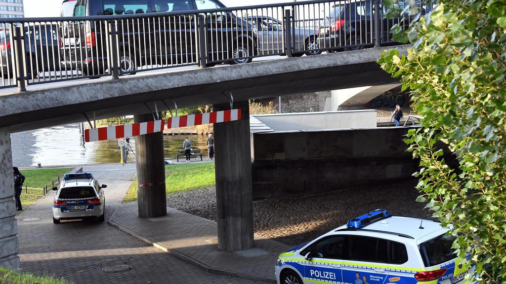 22.10.2019, Brandenburg, Potsdam: Polizeiautos stehen an der Absperrung des Fundortes einer Frauenleiche an der Langen Brücke. Foto: Bernd Settnik/dpa-Zentralbild/dpa +++ dpa-Bildfunk +++