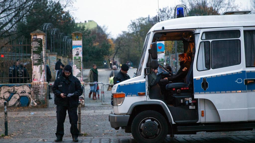 Polizeibeamte kontrollieren mit einer Hundertschaft im und um den Görlitzer Park in Berlin Kreuzberg mutmaßliche Dealer, um den Drogenhandel einzudämmen. Drogenkontrolle Görlitzer Park