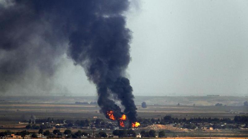 Rauch über der syrischen Stadt Ras al-Ain, die durch die türkischen Streitkräfte bombardiert wurde. Foto: Cavit Ozgul/AP/dpa/Archivbild