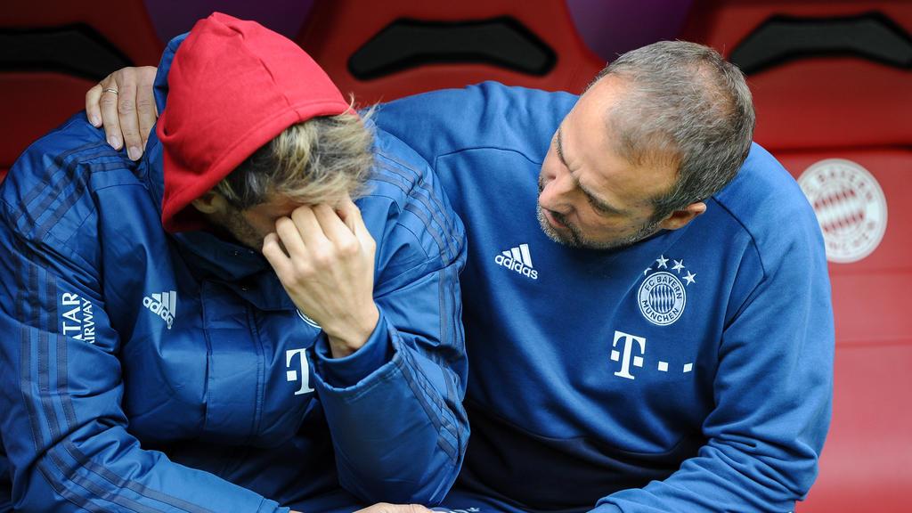 Co-Trainer Hansi Flick FC Bayern Muenchen bei Javi Martinez FC Bayern Muenchen 8, der offensichtlich ein Problem hat , FC Bayern Muenchen - TSG 1899 Hoffenheim, Fussball, 1.Bundesliga, 05.10.2019, DFL REGULATIONS PROHIBIT ANY USE OF PHOTOGRAPHS AS I
