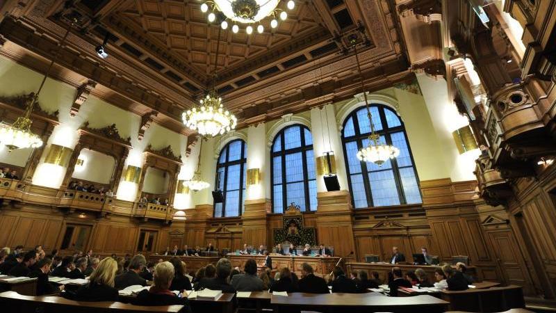 Die Hamburger Senatoren und Abgeordneten verfolgen die Sitzung. Foto: Angelika Warmuth/dpa/Archivbild
