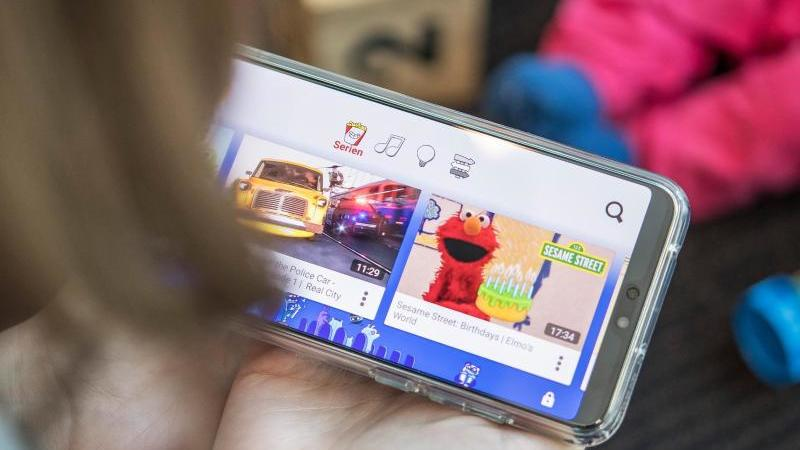 Die meisten Kinder schauen gerne Videos - im Internet ist die Auswahl fast endlos groß.