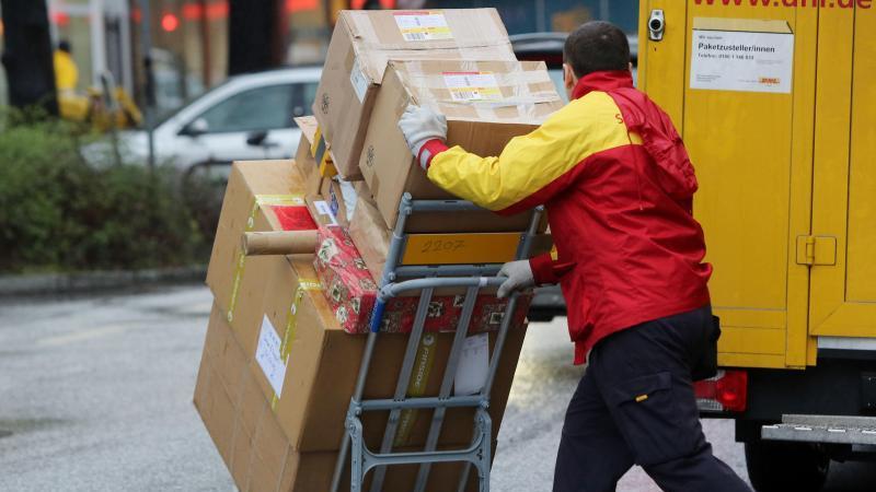 Paketboten, die für Subunternehmer arbeiten, sollen durch ein neues Gesetz besser vor Sozialbetrug geschützt werden. Foto: Malte Christians/dpa