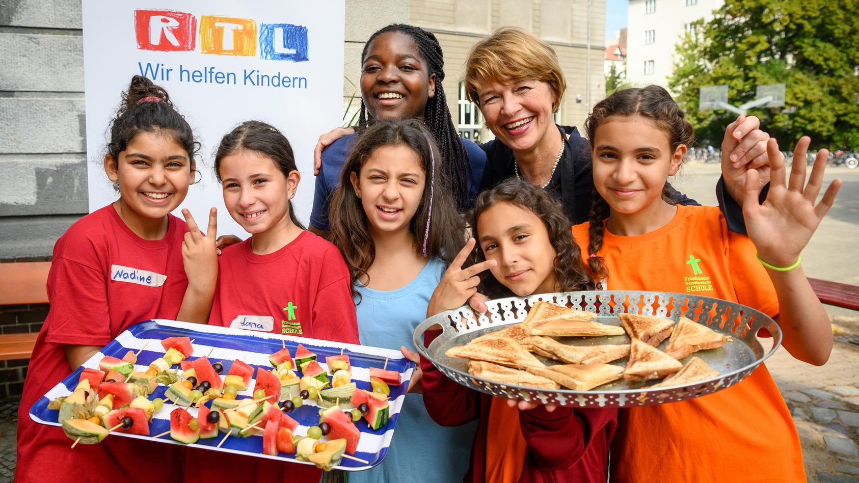 """Deutschlands First Lady Elke Büdenbender besucht die """"Schülerfirma"""" von den """"jungen Unternehmerinnen"""" der Friedenauer Gemeinschaftsschule in Berlin."""