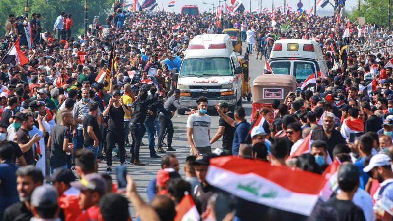 Regierungsfeindliche Demonstranten protestieren auf einer Straße in Bagdad. Die Proteste vor allem junger Männer richten sich gegen Korruption und Misswirtschaft. Foto: Ameer Al Mohammedaw/dpa