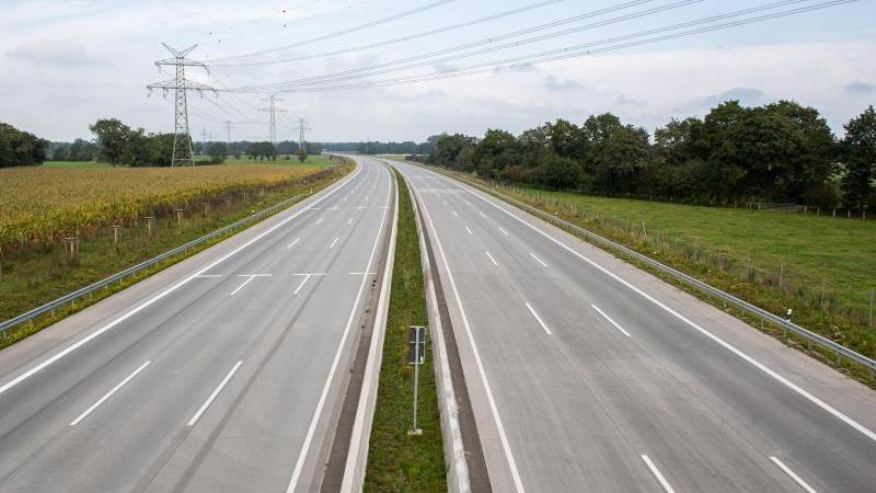 Die Autobahn 7 ist in beiden Richtungen gesperrt und frei von Autos. Foto: Daniel Reinhardt/dpa