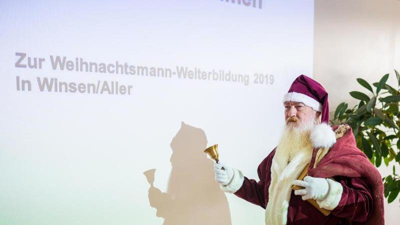 Ein Weihnachtsmann bei der Schulung in Winsen. Foto: Moritz Frankenberg/dpa