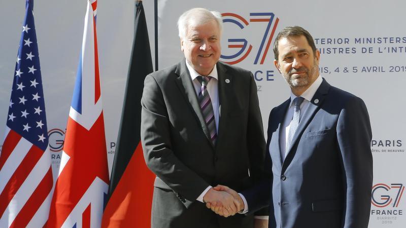 Christophe Castaner (r), Innenminister vonFrankreich, empfängt Horst Seehofer (CSU), Deutschlands Innenminister, zum G7-Innenministertreffen. Foto: Michel Euler/AP/dpa/Archivbild