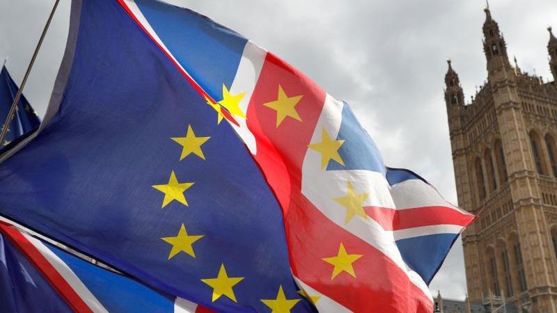 Fahnen, die aus dem Union Jack und der Flagge der EU bestehen, wehen vor dem britischen Parlament. Foto: Alastair Grant/AP/dpa/Archivbild
