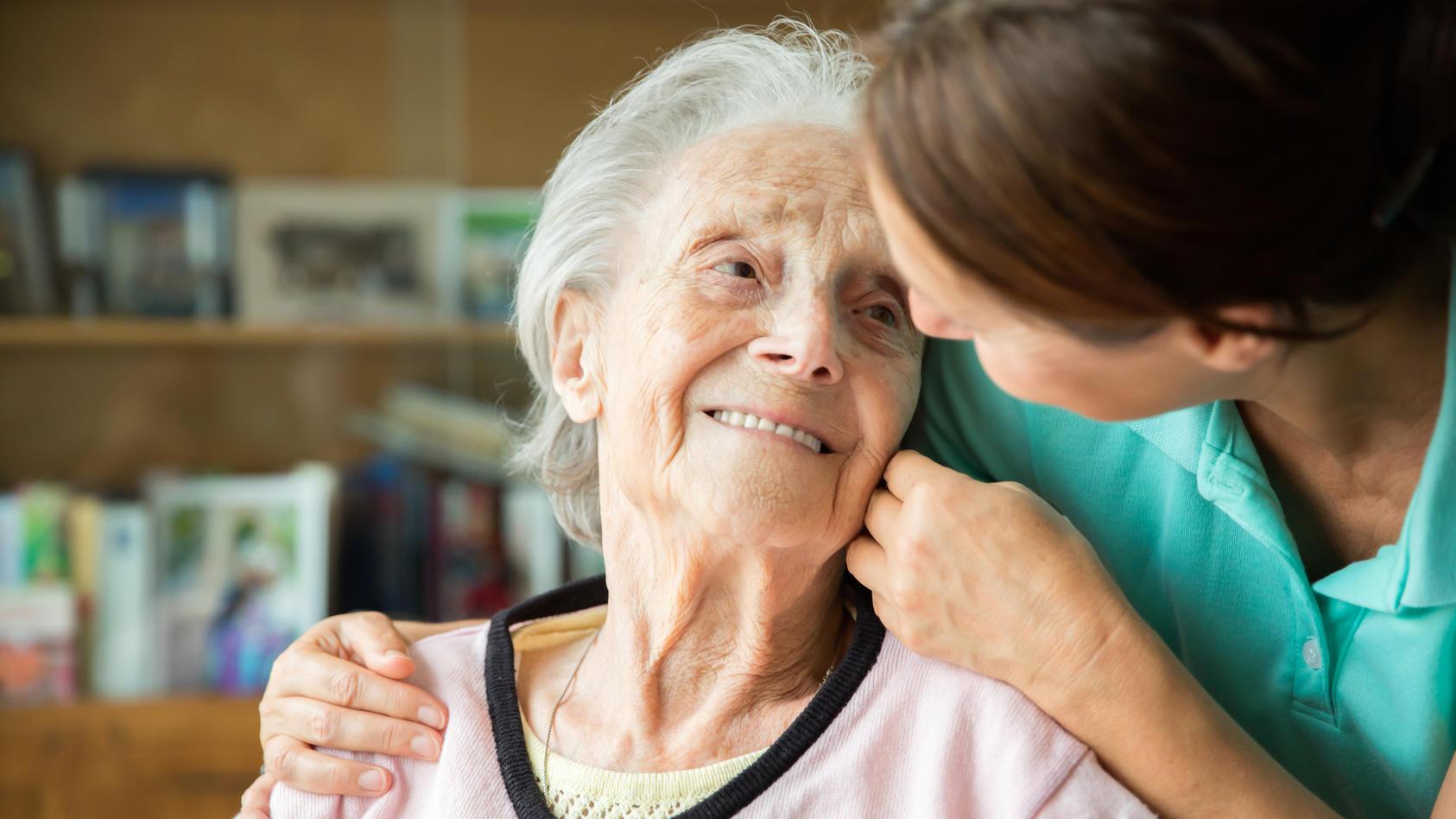 Im Alter sind wir auf gute Pflege angewiesen. Der Pflege-TÜV soll uns bei der Auswahl eines geeigneten Pflegeheims helfen.
