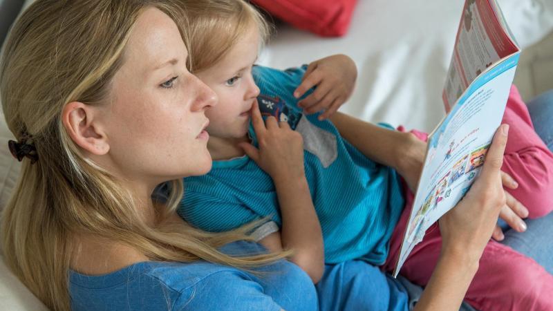 Eltern dürfen ruhig Bücher zum Vorlesen aussuchen, die sie selbst mögen - denn die Begeisterung steckt an. Foto: Christin Klose/dpa-tmn