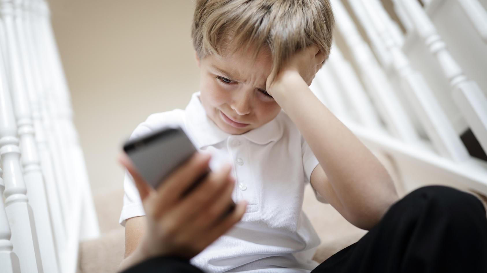 Kinder lieben Smartphones, aber es beeinträchtigt ihre Entwicklung - aber ab wann sollten sie eins benutzen dürfen?