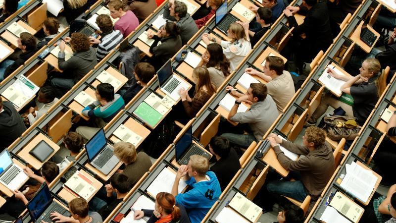 Studierende sitzen in einem Hörsaal. Foto: Peter Kneffel/dpa/Archivbild