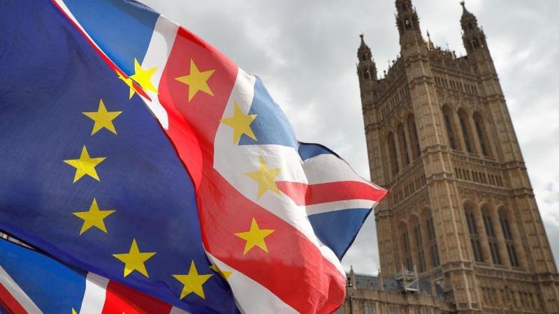 Fahnen wehen vor dem britischen Parlament. Foto: Alastair Grant/AP/dpa