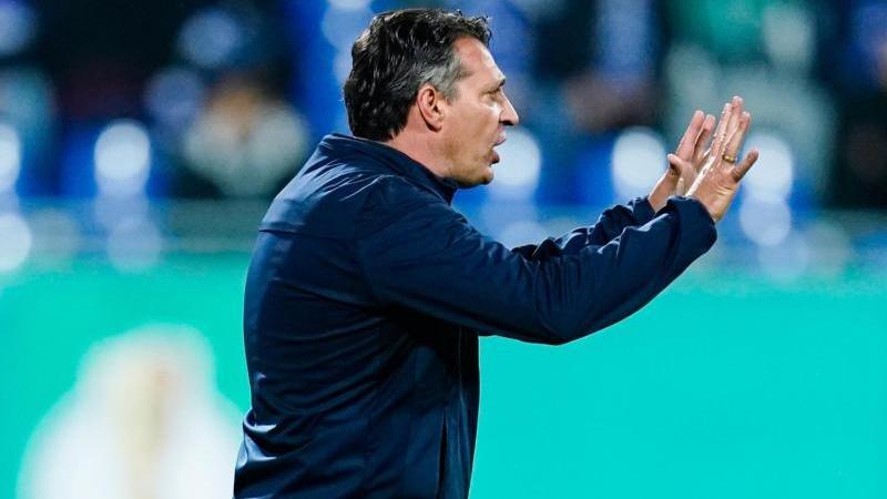 Karlsruhes Trainer Alois Schwartz gibt Anweisungen. Foto: Uwe Anspach/dpa