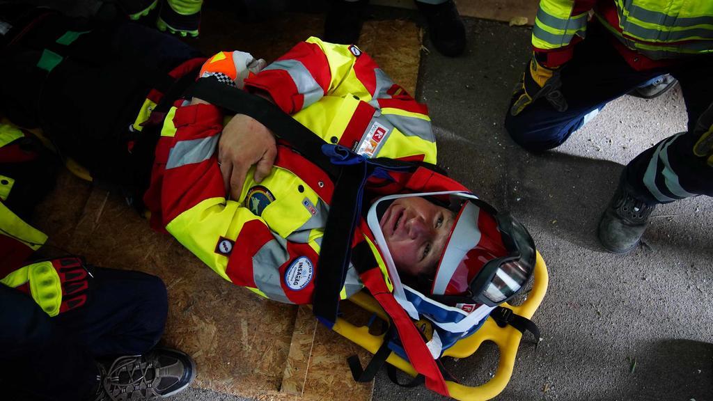 Olympiasieger Matthias Steiner bei der Rettungsübung von  I.S.A.R. Germany, die Einsätze in Katastrophengebieten durchführt.