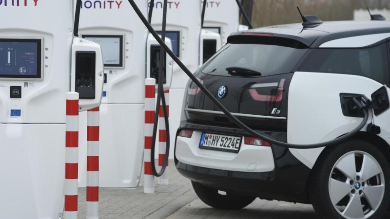 """Ein Elektro-Auto wird auf der Rastanlage """"DemminerLand"""" betankt. Foto: Stefan Sauer/dpa/Archivbild"""