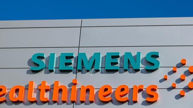 Logos und Schriftzüge am Gebäude des Medizintechnikkonzerns Siemens Healthineers. Foto: Daniel Karmann/dpa