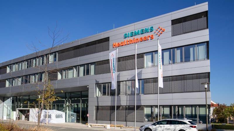 Das Hauptquartier von Siemens Healthineers in Erlangen. Der Medizintechnikkonzern will künftig mit dem Einsatz Künstlicher Intelligenz nachhaltig wachsen. Foto: Daniel Karmann/dpa