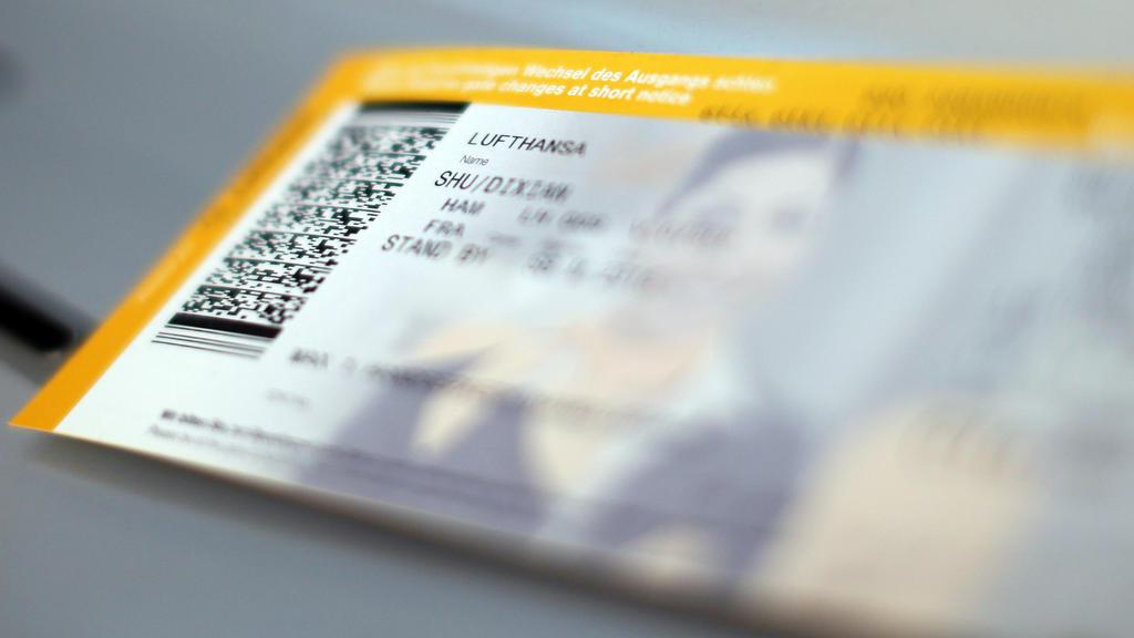 ARCHIV - 07.09.2012, Hamburg: Ein Ticket der Lufthansa liegt am Flughafen. Heute (25.10.2019) berät der Bundestag über Gesetze zur Umsetzung des Klimaschutzprogramms 2030. Es geht unter anderem um höhere Steuern auf Flugtickets,die Erhöhung der Pendl