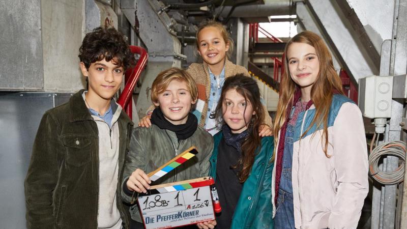 Die Darsteller Caspar (l-r), Leander, Charlotte, Linda und Emilia stehen am Set. Foto: Georg Wendt/dpa