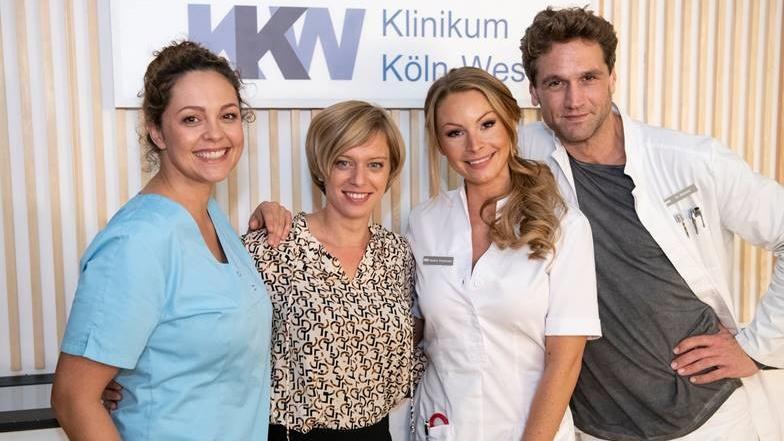 """v. l. n. r. Ines Quermann, Juliette Greco, Jana Schölermann und Oliver Franck am Set der """"Nachtschwestern""""."""