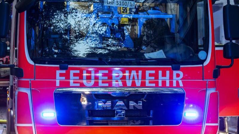 Einsatzfahrzeuge de Feuerwehr. Foto: Paul Zinken/dpa/Symbolbild