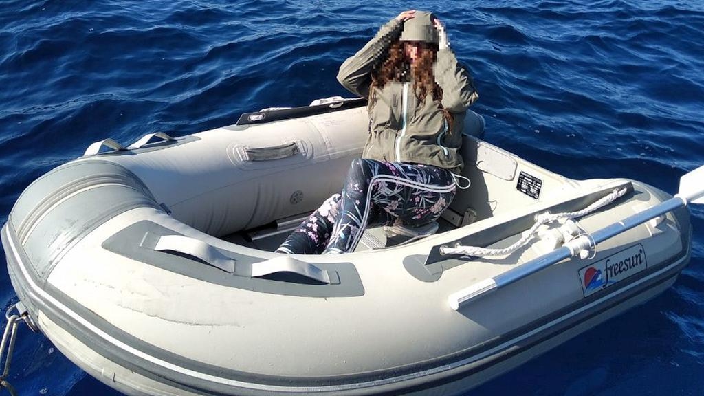 Kushila Stein auf ihrem Schlauchboot