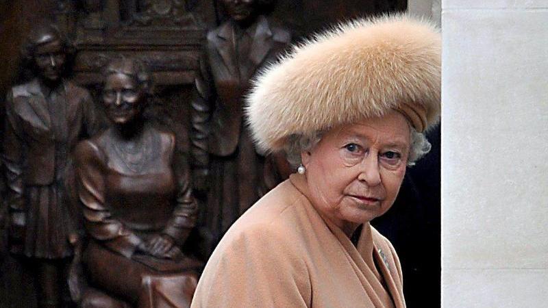 "Königin Elizabeth II. bei der Enthüllung des ""Queen Mother Memorials"". Foto: Andy Rain/epa/dpa"