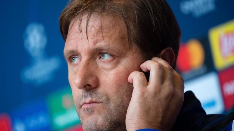 Pressekonferenz von Olympiakos Piräus. Trainer Pedro Martins sitzt auf dem Podium. Foto: Sven Hoppe/dpa