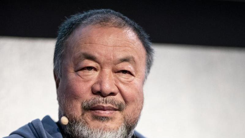 """Ai Weiwei, sitzt auf der Buchvorstellung seines neuen Buches """"Manifest ohne Grenzen"""". Foto: Fabian Sommer/dpa"""