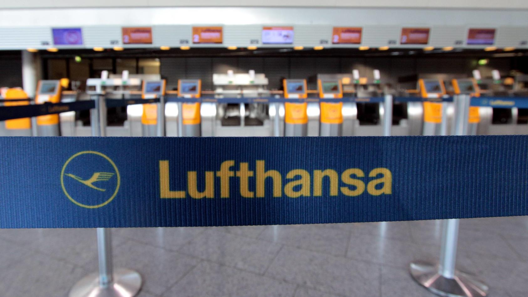 Absperrband mit Logo und Schriftzug Lufthansa vor menschenleer en Check-in Schaltern am Flughafen Frankfurt, Hessen, De