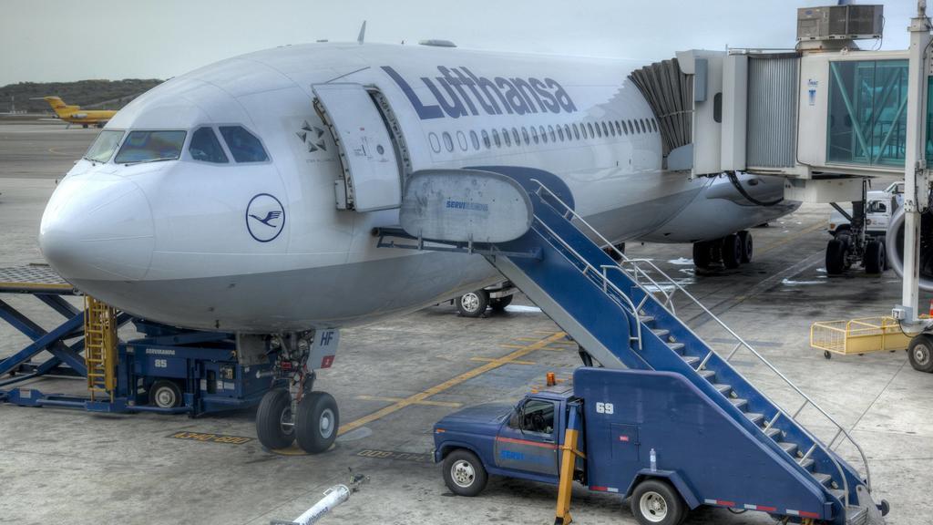 Airbus A340-600 von Lufthansa parkt am Gate, Flughafen Caracas, Venezuela - Airbus A340-600 at airport BLWX100339 Copyright: xblickwinkel/McPhotox/FotoxBegsteigerx