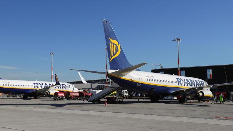 Maschinen der Ryanair auf dem Flughafen Hamburg. Foto: Christian Charisius/dpa