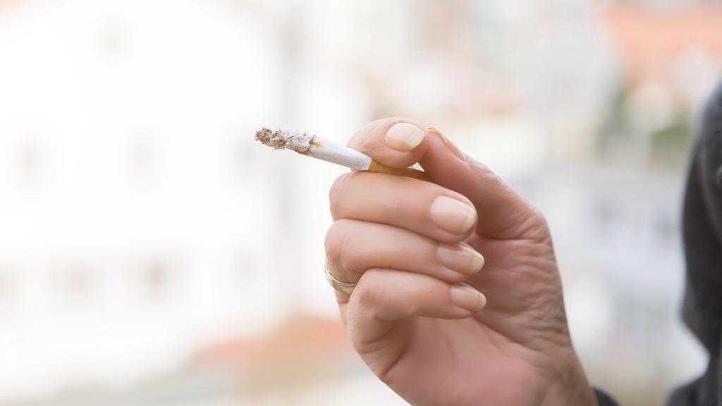 Frauenhand mit Zigarette
