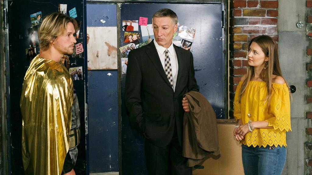 Finn (Christopher Kohn, l.) setzt seinen Vater Georg Albrecht (Folke Paulsen) im Beisein von Nathalie (Amrei Haardt) entschieden vor die Tür.