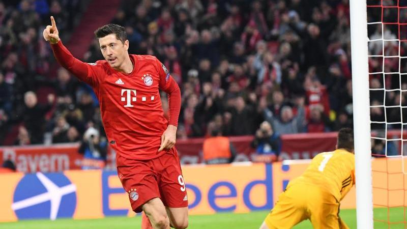 Münchens Torschütze Robert Lewandowski jubelt nach dem Tor zum 1:0, rechts Torwart Jose Sa von Piräus. Foto: Matthias Balk/dpa