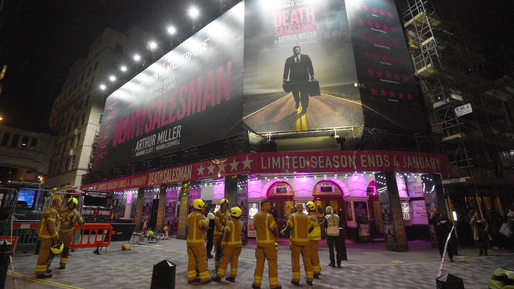 06.11.2019, Großbritannien, London: Feuerwehrleute stehen vor dem Piccadilly Theatre, nachdem es evakuiert wurde. Im Piccadilly Theatre ist am Mittwochabend teilweise die Decke eingestürzt. Mehrere Menschen wurden bei dem Vorfall leicht verletzt, wie