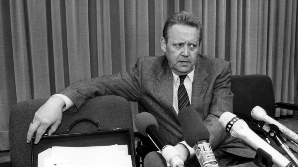 ARCHIV - 09.11.1989, Berlin: Ein ernstes Gesicht macht Günter Schabowski, Mitglied des Politbüros des ZK der SED und 1. Sekretär der SED-Bezirksleitung Berlin, auf der Pressekonferenz am 09.11.1989. Auf ihr gab Schabowski die Öffnung der Grenze bekan
