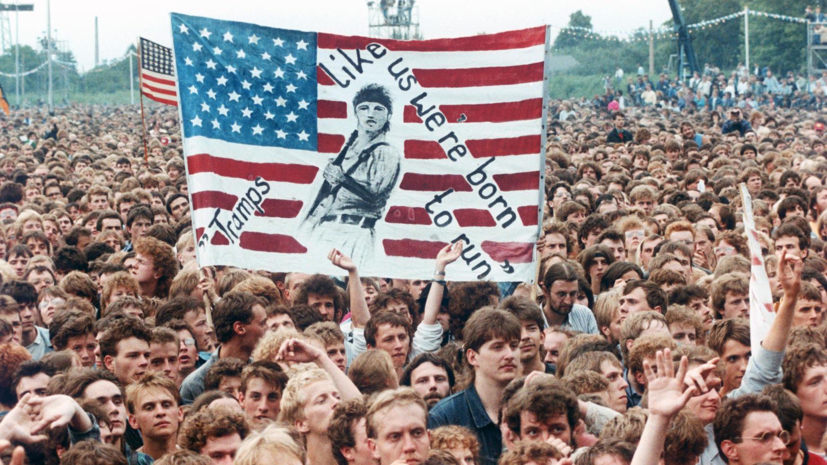 """Offiziell 180.000 Fans - Schätzungen gehen von weit mehr aus - hören und sehen Bruce Springsteen am 19.07.1989 auf der Radrennbahn in Weißensee. """"Born in the U.S.A."""" schallt durch Ostberlin."""