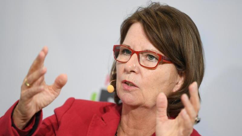 Die hessische Umweltministerin Priska Hinz (Grüne), spricht während einer Diskussionsrunde. Foto: Arne Dedert/dpa/Archivbild