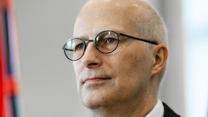 Peter Tschentscher (SPD, Erster Bürgermeister von Hamburg, spricht während einer Pressekonferenz. Foto: Frank Molter/dpa/Archivbild