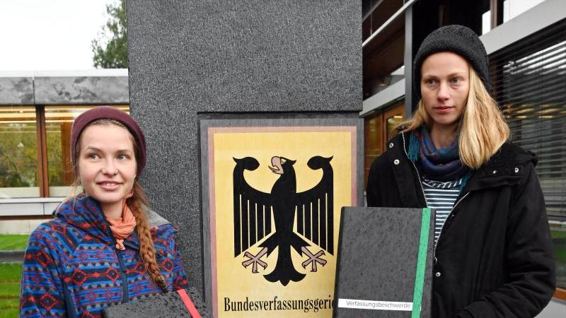 Die Studentinnen Caro (r) und Franzi reichen beim Bundesverfassungsgericht Verfassungsbeschwerde ein. Foto: Uli Deck/dpa