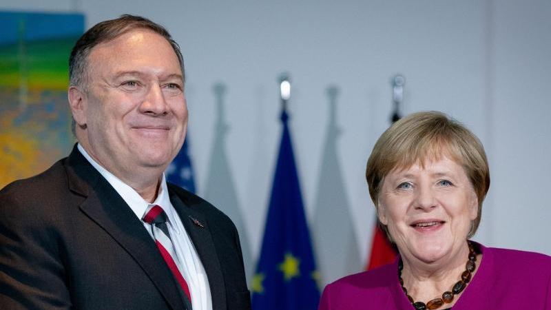 Bundeskanzlerin Angela Merkel (CDU) und Mike Pompeo, US-Außenminister, reichen sich im Bundeskanzleramt nach einem Pressestatement die Hände. Foto: Kay Nietfeld/dpa